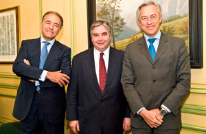 Minister Peter Van Loan had the chance to discuss Canada-Spain commercial relations with relevant players of Spain's economic scene. From left to right: Mr. Jesús Banegas, International Vice-President of the Spanish Confederation of Business Organizations, Minister Van Loan and Mr. Alfredo Bonet, Secretary General of Commerce at the Ministry of Industry, Tourism and Commerce.