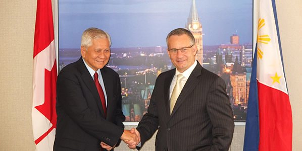 Minister Fast meets with Albert F. Del Rosario, Secretary of Foreign Affairs of the Philippines