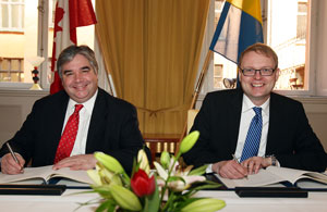 Minister of International Trade Peter Van Loan and Sweden's Minister for Higher Education and Research Tobias Krantz signed an agreement May 3 to deepen science and technology cooperation between Canada and Sweden.