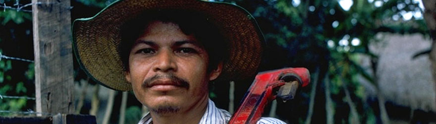A Honduran holding a tool on his shoulder. © ACDI-CIDA/Brian Atknson
