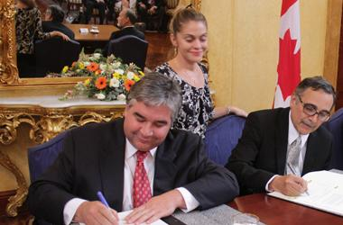 Peter Van Loan, Minister of International Trade, signs the Memorandum of Understanding with Costa Rica's Minister of Foreign Affairs, René Castro.