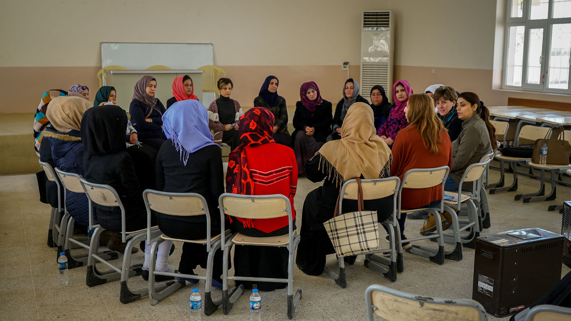 Minister Bibeau takes part in a roundtable with local women in Iraq.