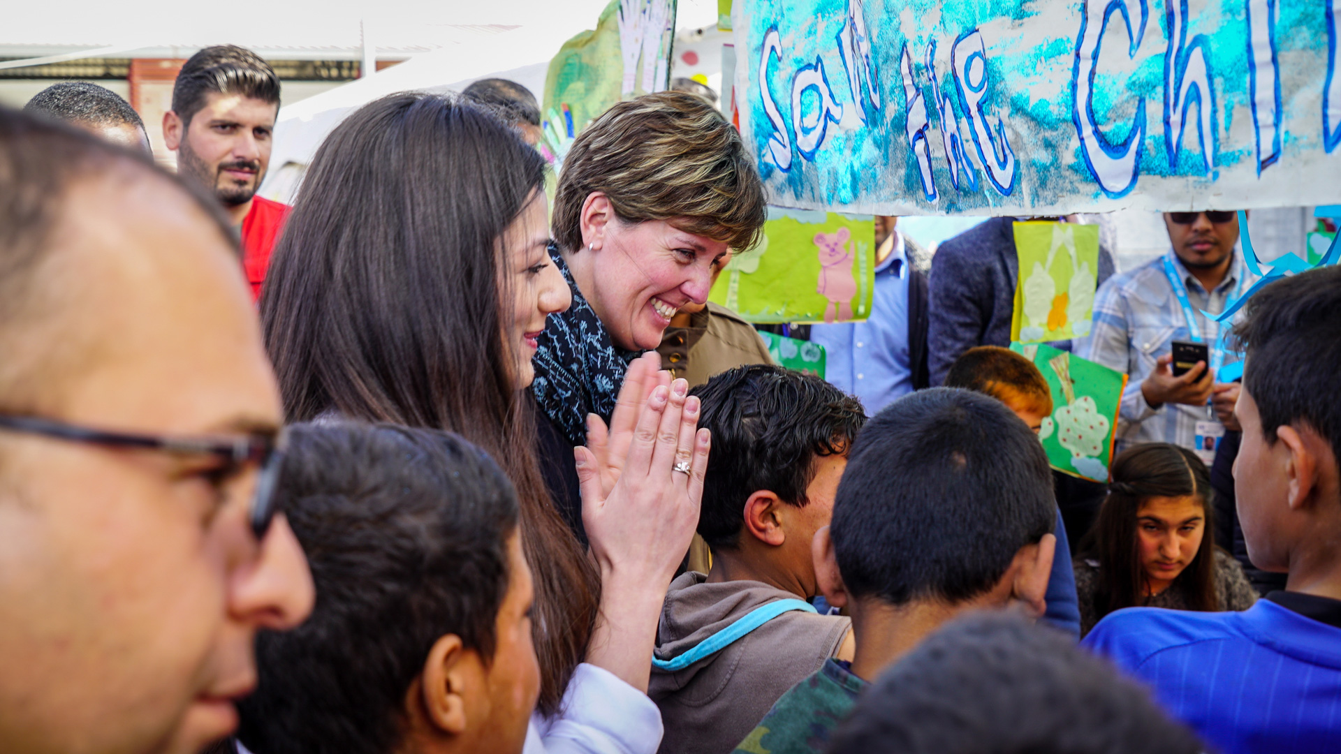 Minister Bibeau interacts with children and with staff at a camp for internally displaced persons in Iraq.