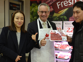 Minister Fast Shows off Canadian Products Available on South Korean Supermarket Shelves
