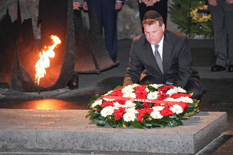 Minister Baird Lays Wreath Honouring Holocaust Victims