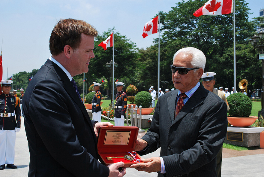 Minister Baird is offered a key to the city by Manila's Mayor Alfredo Lim