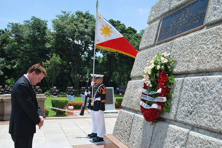 Minister Baird lays a wreath to honour the memory of José Rizal, Filipino patriot and national hero