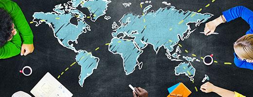 Groupe de personnes sur un tableau noir avec une carte mondiale