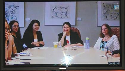 La ministre Monsef utilise la vidéoconférence pour créer des liens avec les jeunes femmes en Afghanistan.