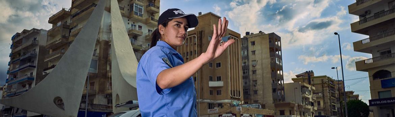 Une policière dirige le trafic à Al Mina.