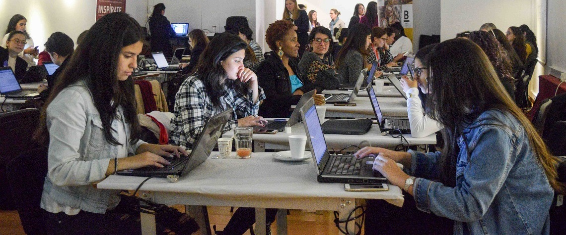 Des rédactrices créent les pages Wikipédia de femmes colombiennes à Bogota, en Colombie, lors de la Journée internationale des droits des femmes