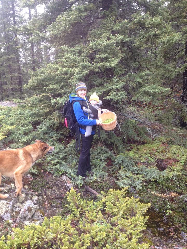 Amy Maund et sa fille dans un matin d'automne frisquet dans les Territoires du Nord-Ouest.