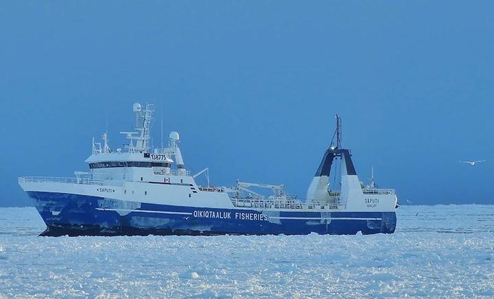 Un grand bateau de pêche en mer