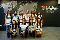Un groupe d'étudiants et leur enseignant dans un centre de recherche.