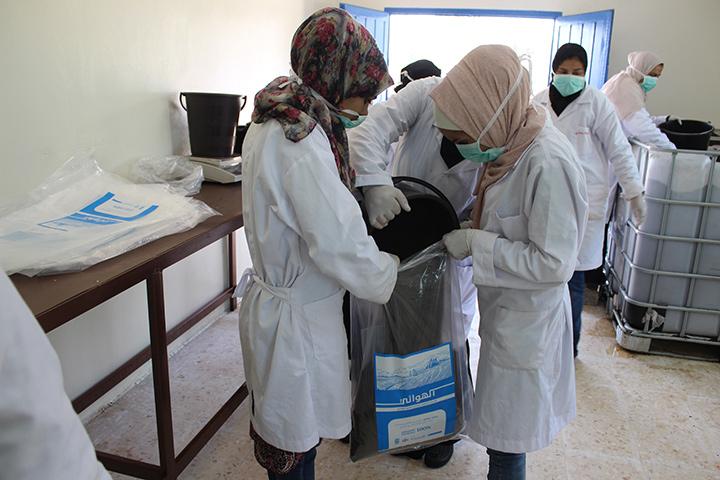 Les femmes travaillent ensemble pour emballer du compost dans une usine du site d'enfouissement d'Al-Hussaineyyat. Photo : Murad Al-Shishani/PNUD