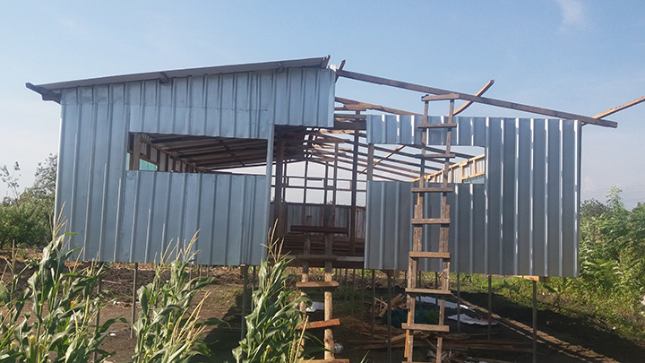 A large chicken shed built by YEF volunteers will be shared by seven single mothers. Photo: Youth Empowerment Foundation PNG