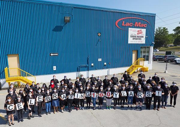 Photo des employés de Lac-Mac célébrant 100 ans d'affaires