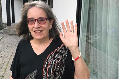 Peggy Thorpe en train de montrer le bracelet menstruel qu'elle porte au poignet.