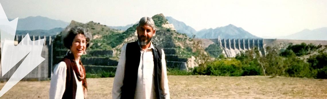 Isabelle Bérard, souriante, se trouve aux côtés d'un homme au Pakistan.