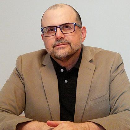 Isaac Nahon-Serfaty est né au Maroc, mais a déménagé au Venezuela à l'âge de six ans. Il est aujourd'hui enseignant en communications à l'Université d'Ottawa.