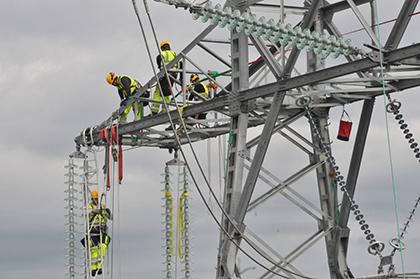 Une équipe travaillant sur un nouveau pylône électrique.