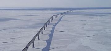 Le pont de la Confédération, le plus long pont surplombant des eaux couvertes de glace